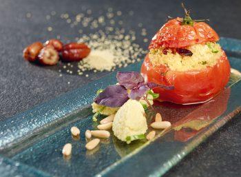 Eine gegrillte Ochsenherztomate mit Couscous-Füllung: So lautet ein vegetarischer Rezepttipp von Nelson Müller. Foto: djd/proFagus