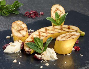 Süßer Abschluss vom Grill: Bananen mit Ahorn-Sirup, noch warm serviert. Foto: djd/proFagus