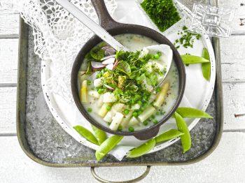 Köstliche und leichte Küche: Das Spargel-Erbsen-Gemüse mit Kräuterbutter. Foto: djd/eismann
