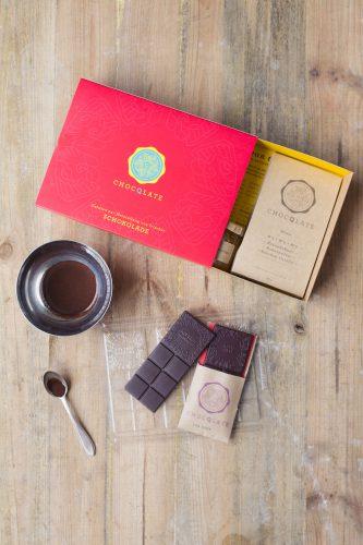 Süßes Set: Aus ausgewählten Bio-Zutaten wird selbst gemachte Schokolade. Foto: djd/www.CHOCQLATE.com