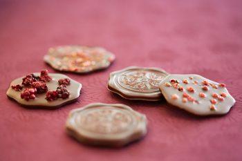 Ganz nach Lust und Laune lässt sich die selbstgemachte Schokolade in Formen gießen und individuell verfeinern. Foto: djd/www.CHOCQLATE.com